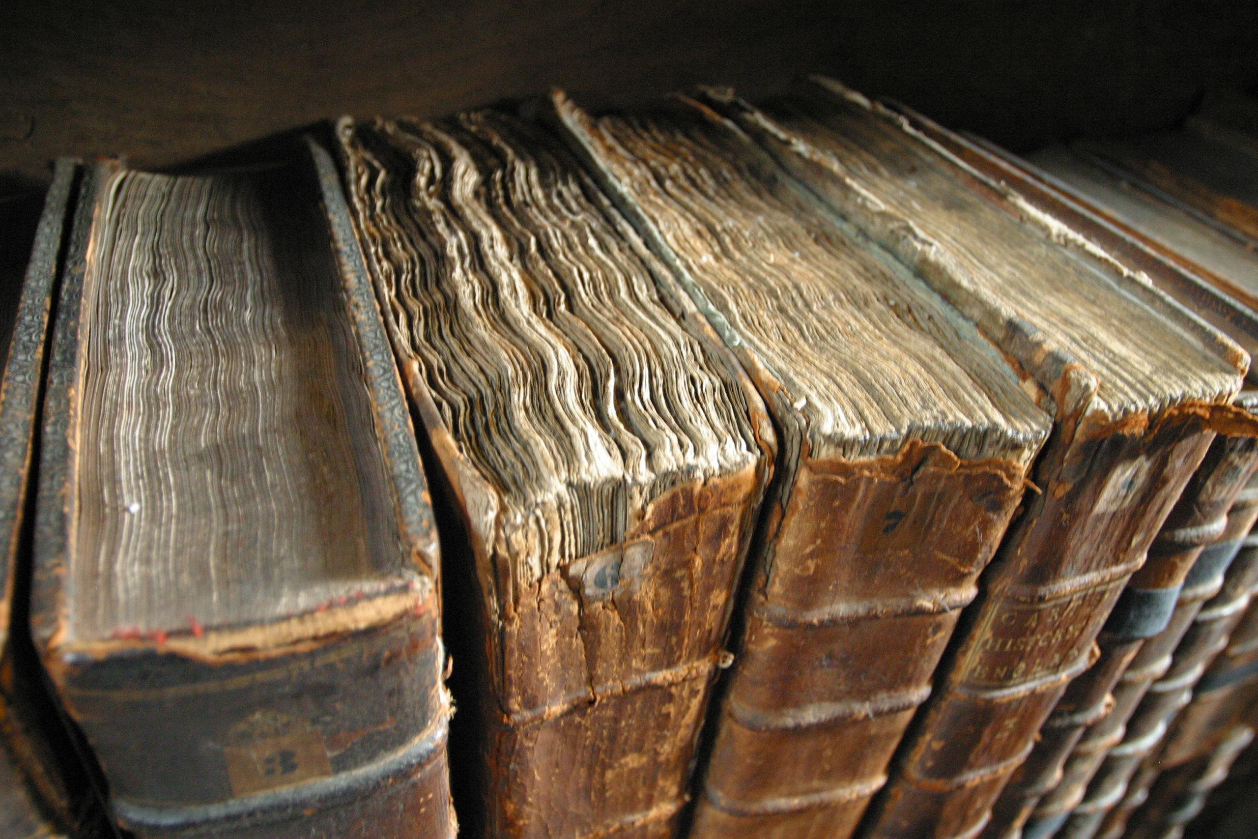 Reliures de livres anciens, à la bibliothèque du Merton College, à Oxford (Angleterre)
