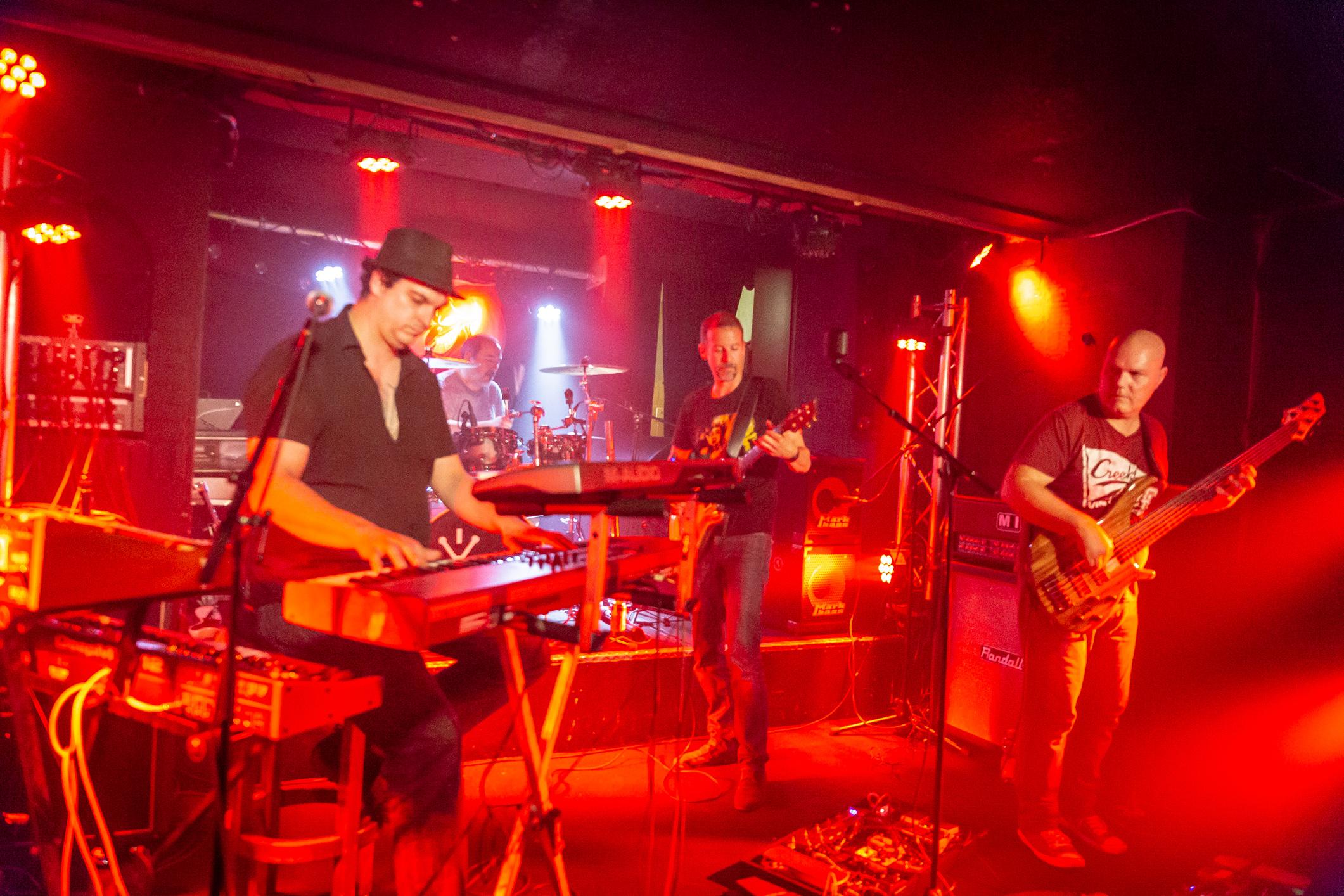 Cosmic Rain (progressive rock, Suisse), en concert au Bouffon de la Taverne, Genève, 1er juin 2018. Photo: Stéphane Gallay, sous licence Creative Commons (CC-BY)